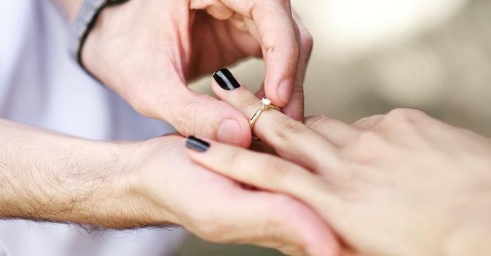 Por que comprar um anel de noivado antes da aliança?