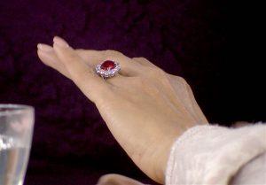 Tendência: anel de noivado com pedra colorida