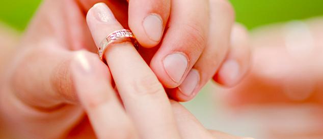 Dedos finos e juntas grossas: dificuldade na hora de decidir a numeração do anel