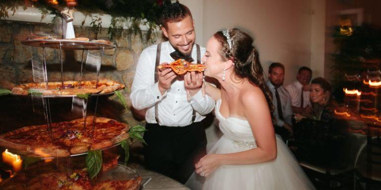 Casal troca o tradicional bolo de casamento por uma torre de PIZZA!