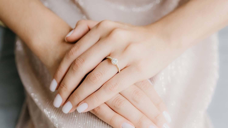 Em que dedo usar o anel de noivado e a aliança?
