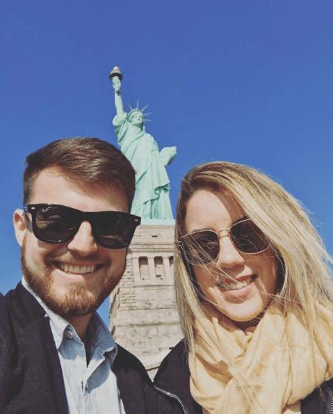 Casal na Estátua da liberdade