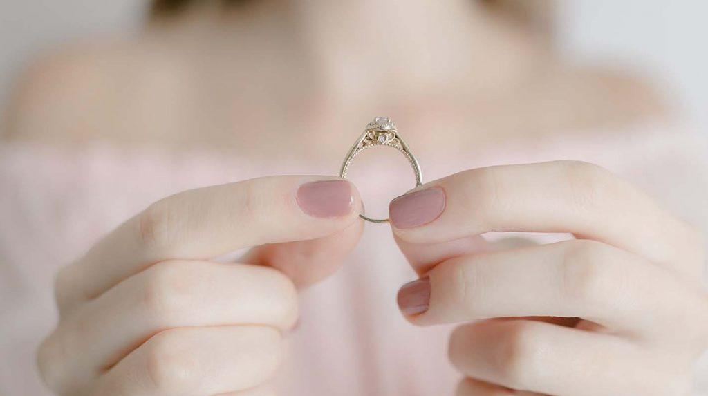 Mulher retirando anel de noivado
