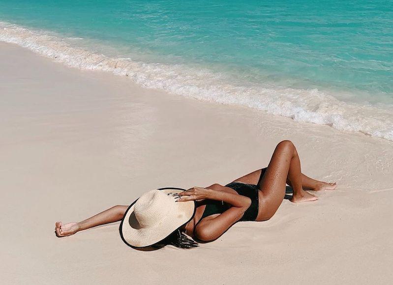 mulher tomando sol