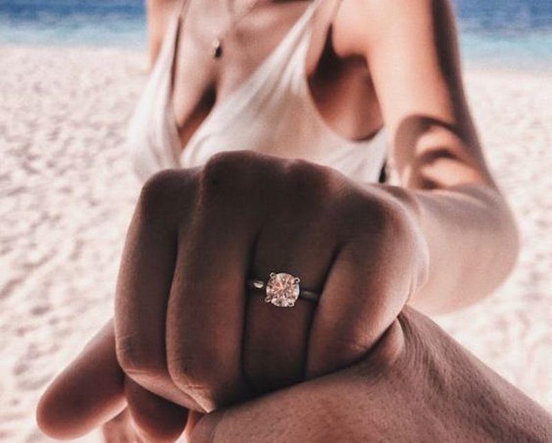 Mulher mostrando anel de noivado