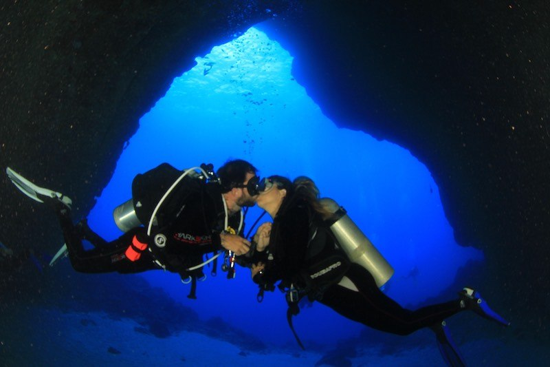 casal mergulhando em noronha
