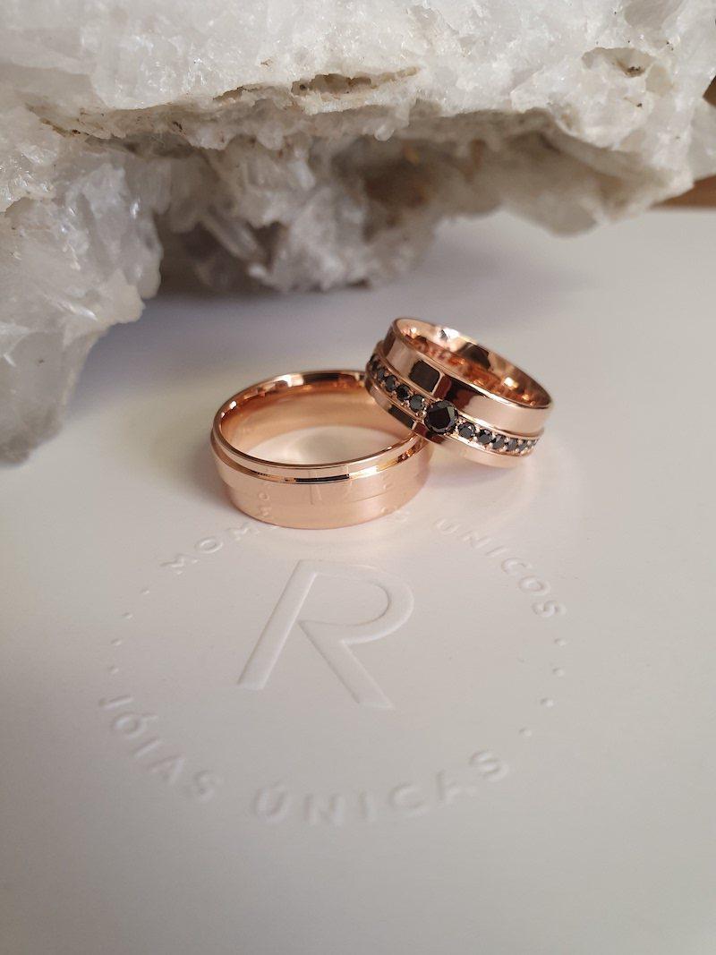 alianças diamante negro e ouro rose