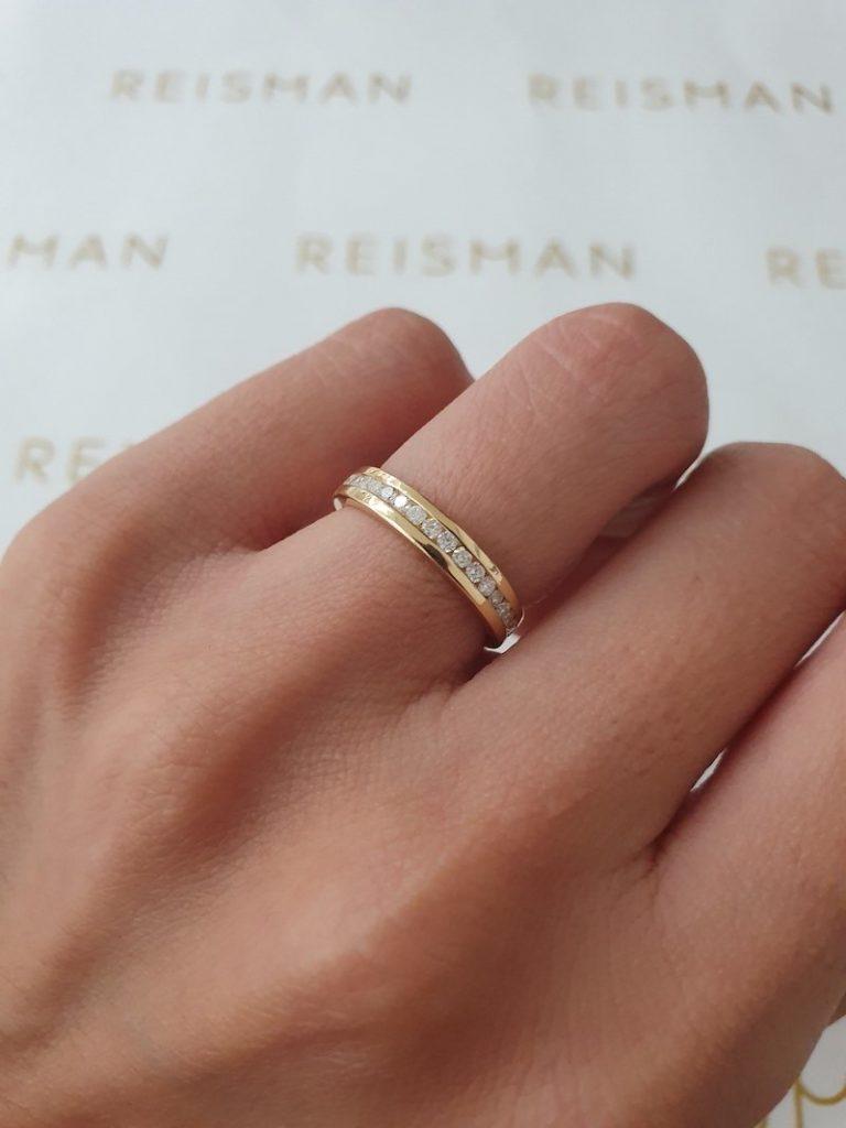 alianças na mão em ouro e diamantes