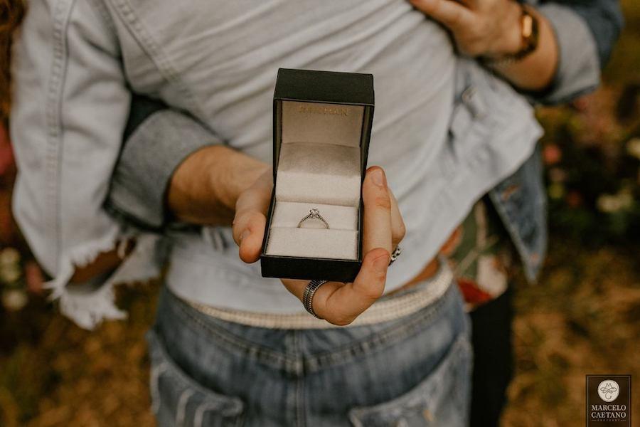 pedido de casamento réveillon com anel de noivado