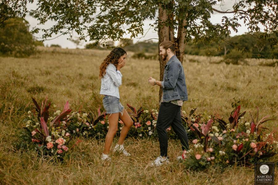 pedido de casamento surpresa no campo