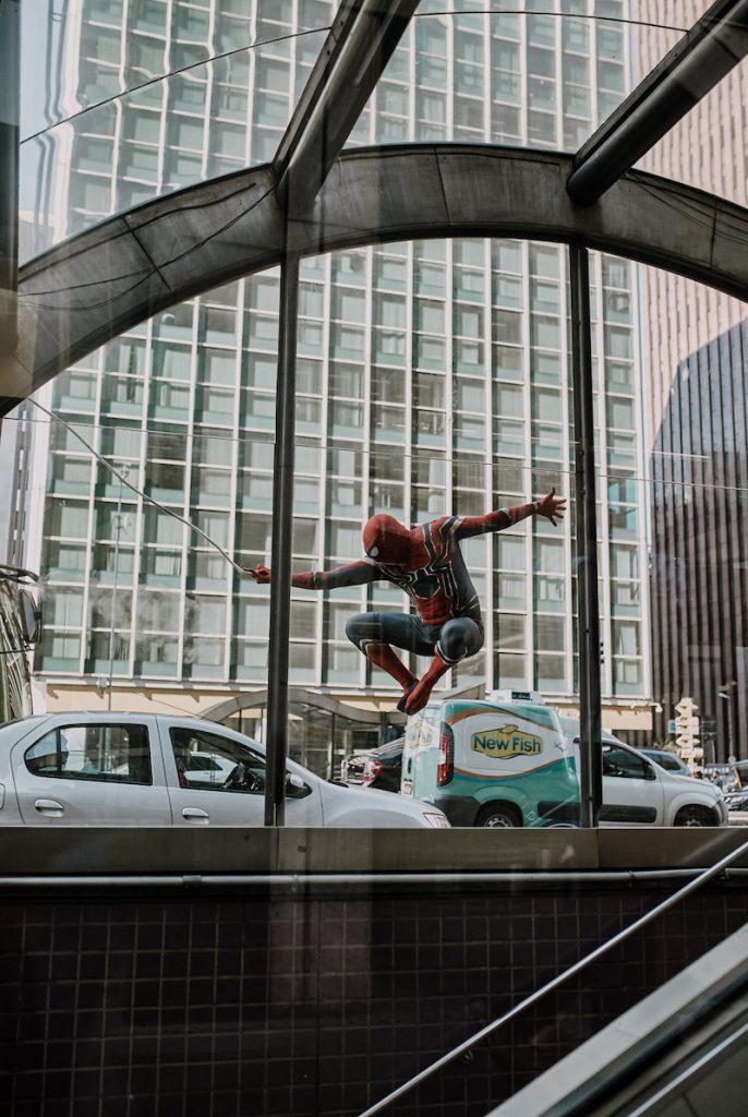 foto homem-aranha na teia