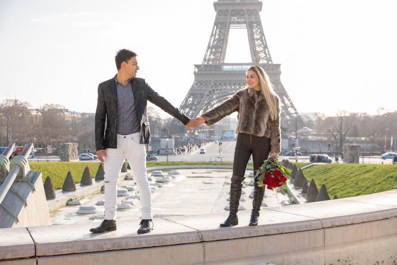 casal com a Torre Eiffel ao fundo