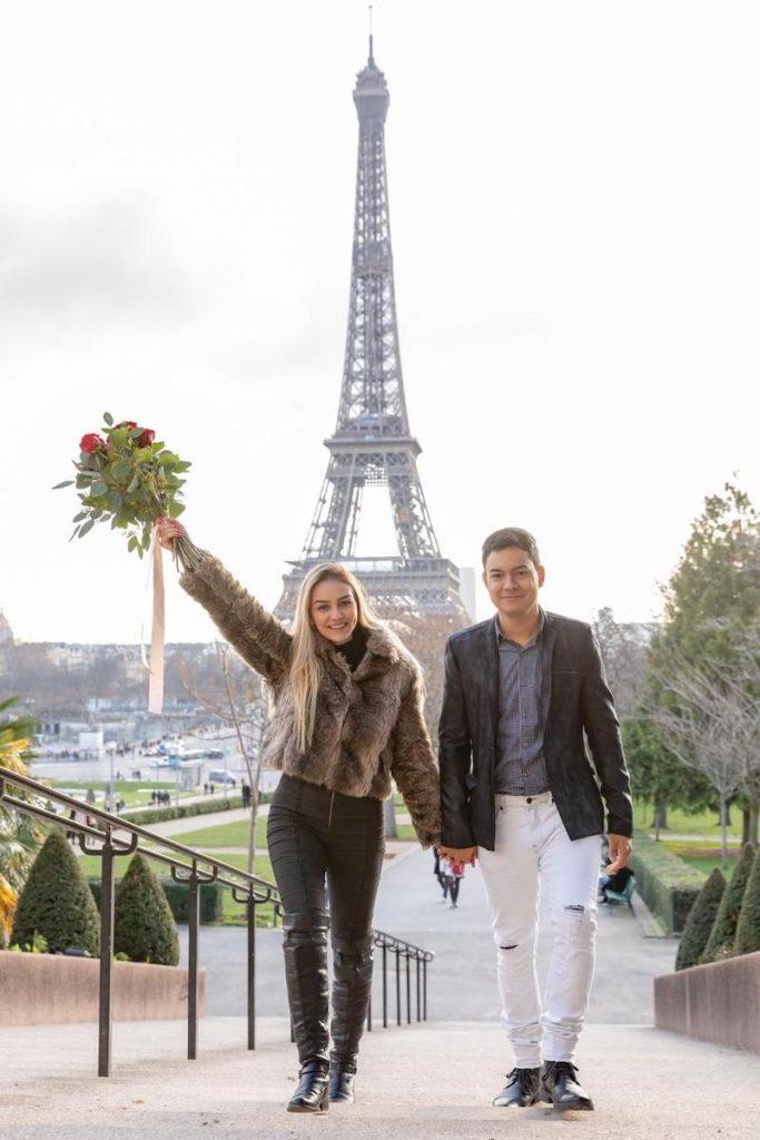 pedido em frente a Torre Eiffel