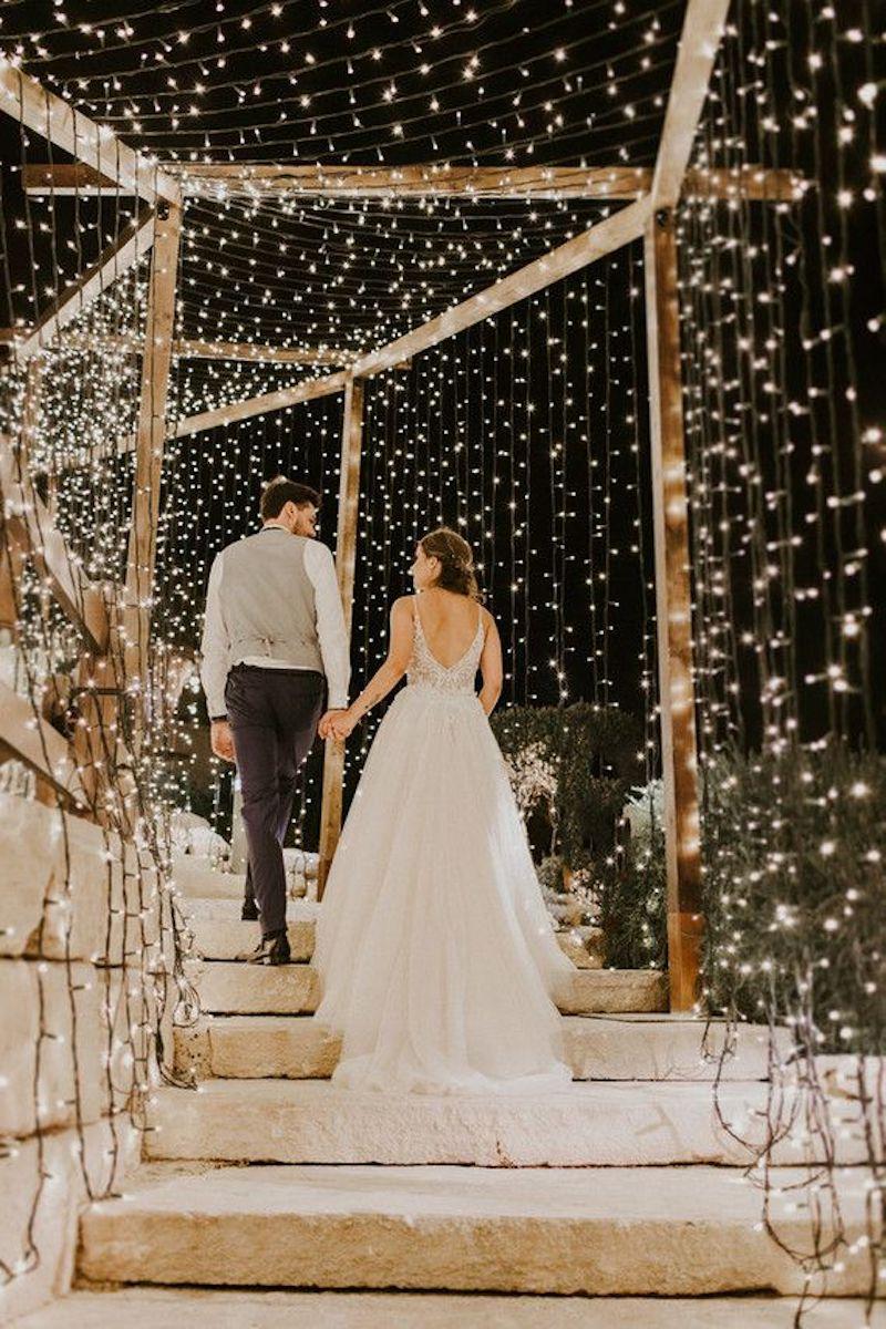 casal em túnel com luzes