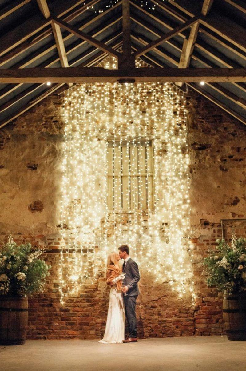 parede iluminada com luzes para casamento