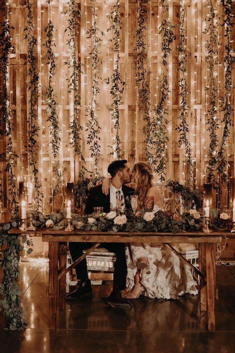 festa de casamento com parede iluminada