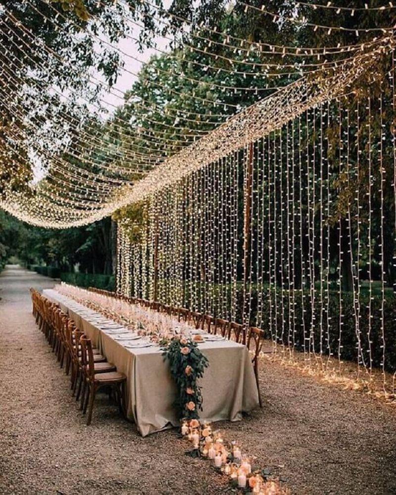cortina de luzes para casamento no campo