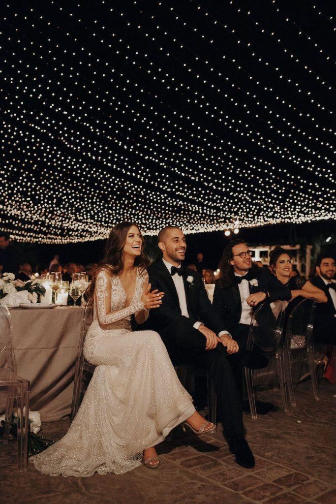 festa de casamento decorada com luzes