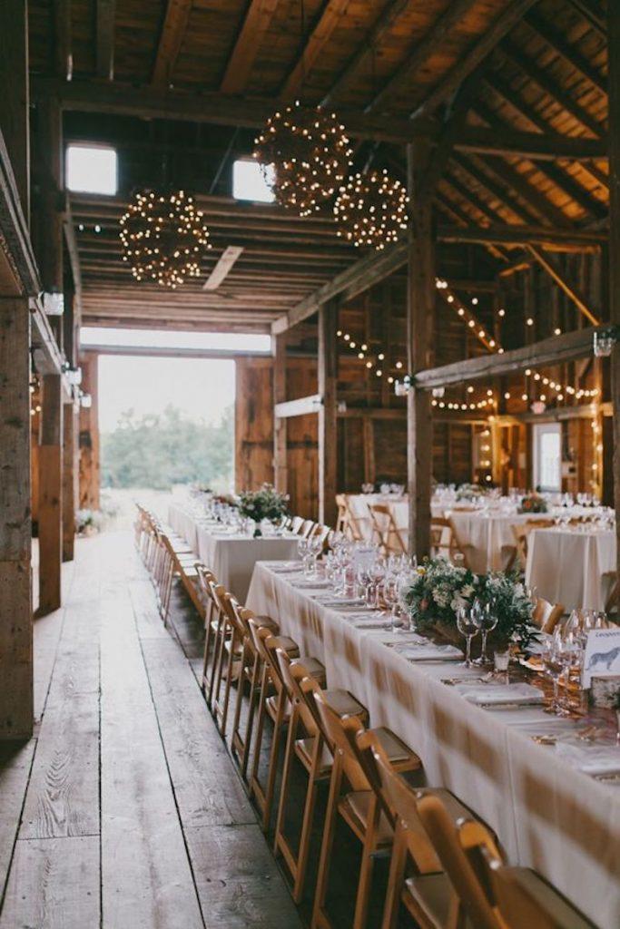 decoração de casamento rústica com luzes