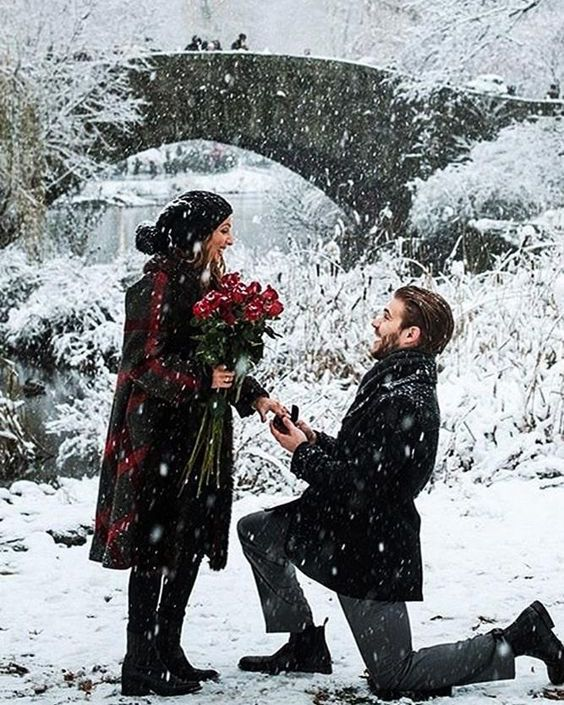 pedido de casamento na neve durante o natal