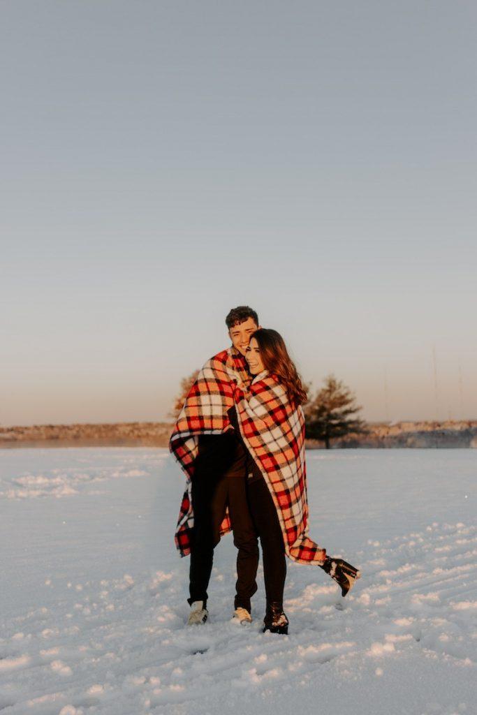 ensaio fotográfico em campo de futebol na neve