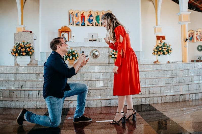 pedido de casamento diante do altar