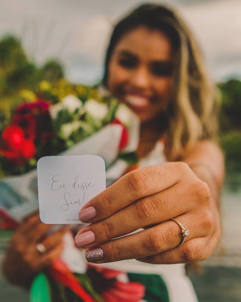 anúncio de noivado com anel Reisman