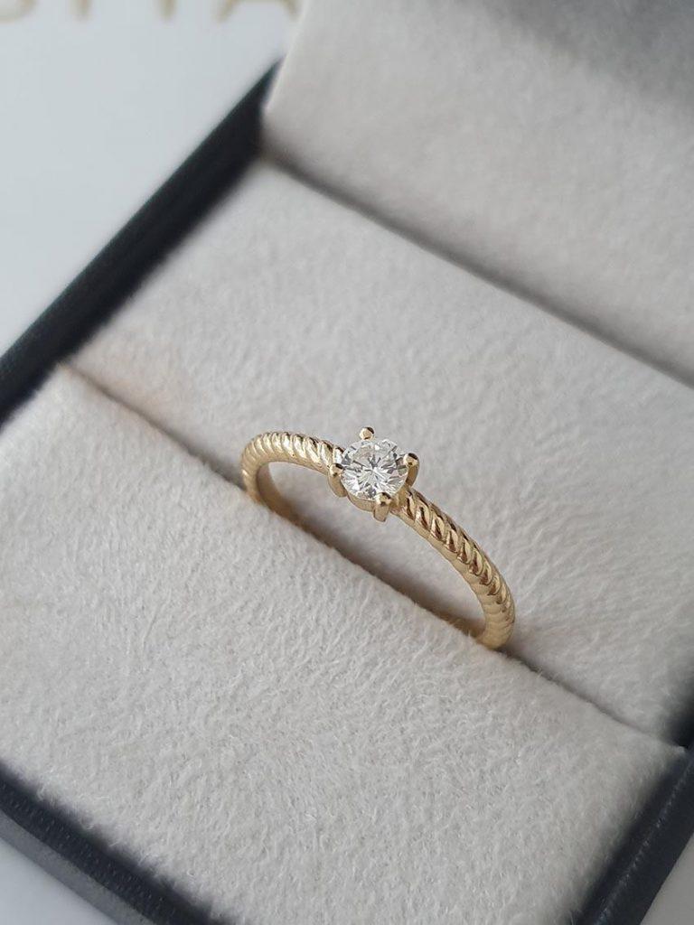 anel de noivado com aro torcido