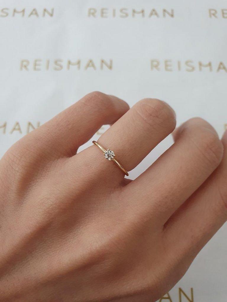 anel solitário com uma pedra