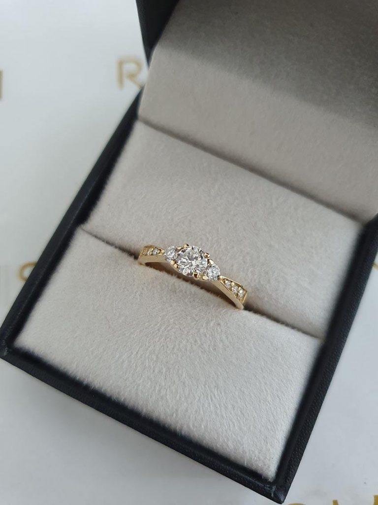 tipo de anel de noivado de 3 diamantes