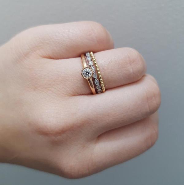 Anel de noivado estilo Bezel