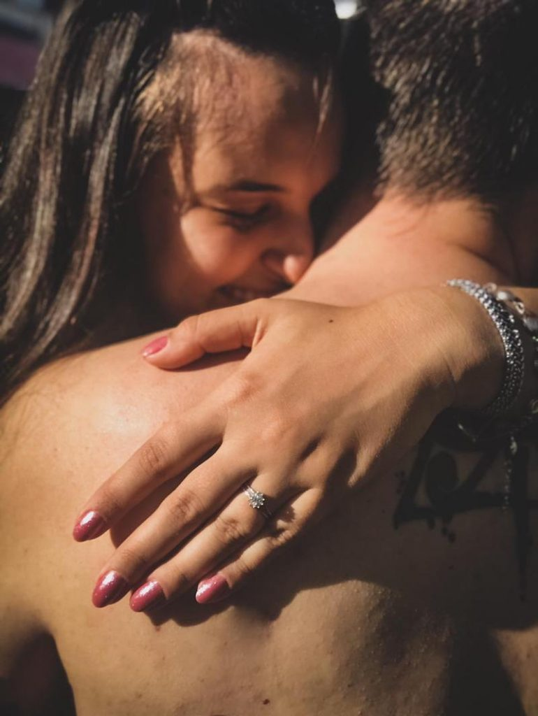pedido de casamento surpresa com anel de noivado