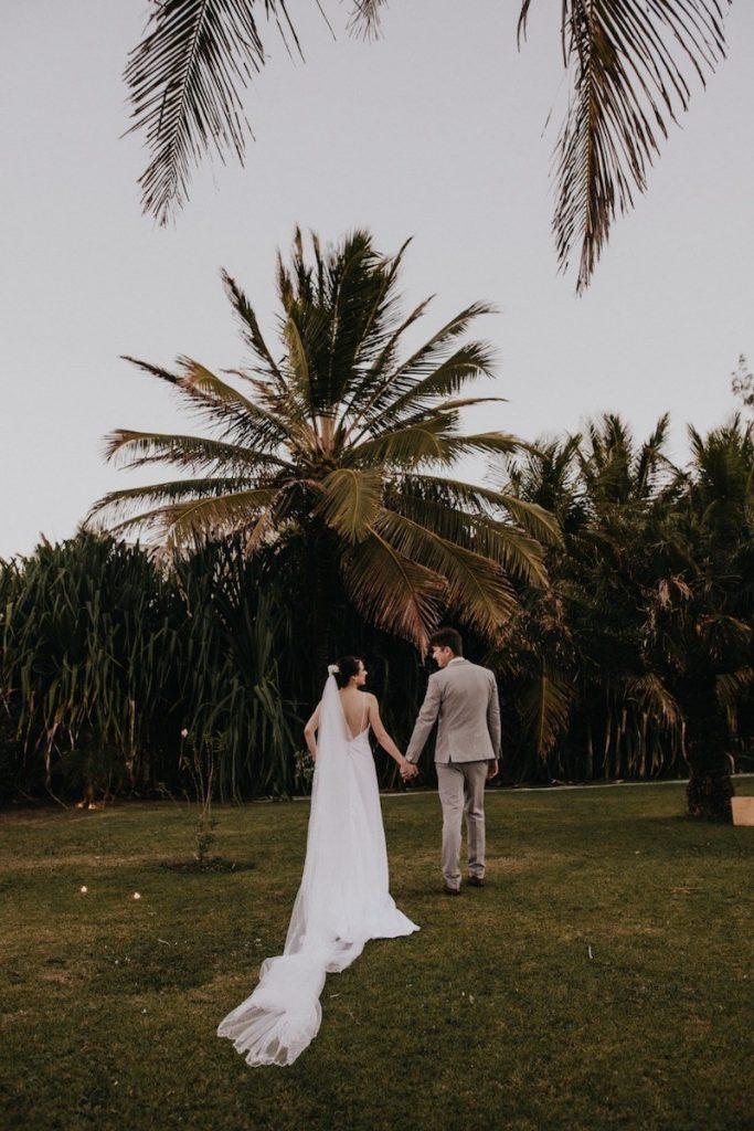 vestido de noiva branco liso e decote nas costas