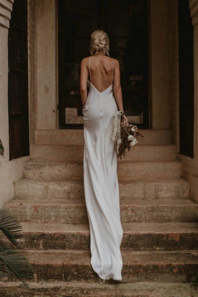 vestido de noiva branco sem detalhes e com decote