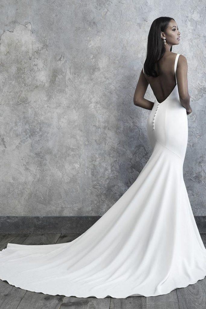 vestido branco liso com decote nas costas
