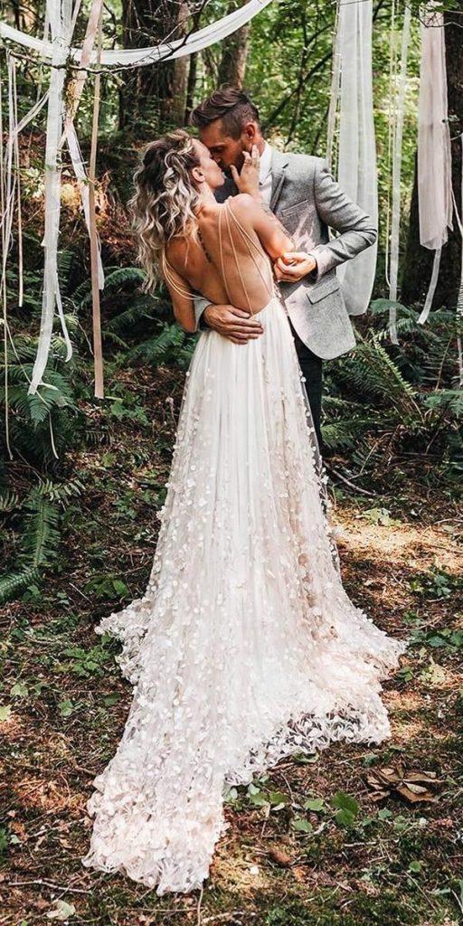 vestido de noiva com decote e alça fina