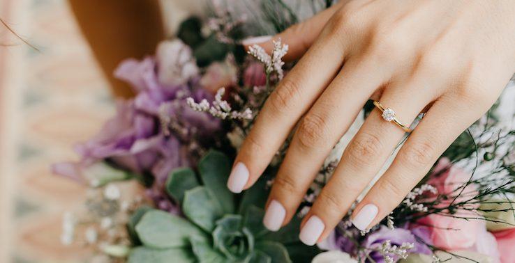 O que é anel de noivado solitário? 15 modelos para te inspirar!
