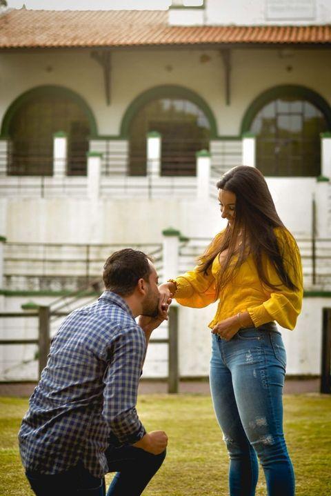 noivo ajoelhado diante noivado ao fazer o pedido