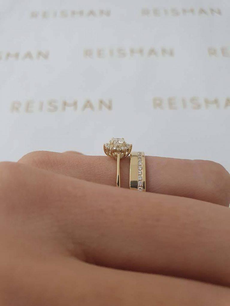 anel de noivado em ouro combinado com aliança