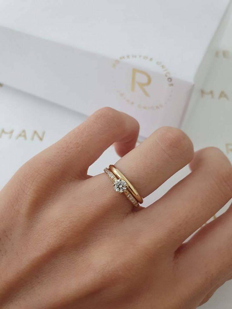 anel de noivado combinado com a aliança