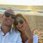 Pedido de casamento romântico na praia durante o nascer do sol na Bahia