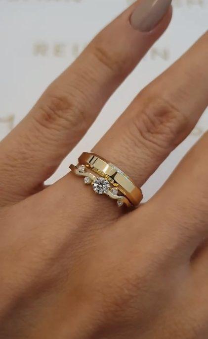 anel com design diferente combinado com aliança