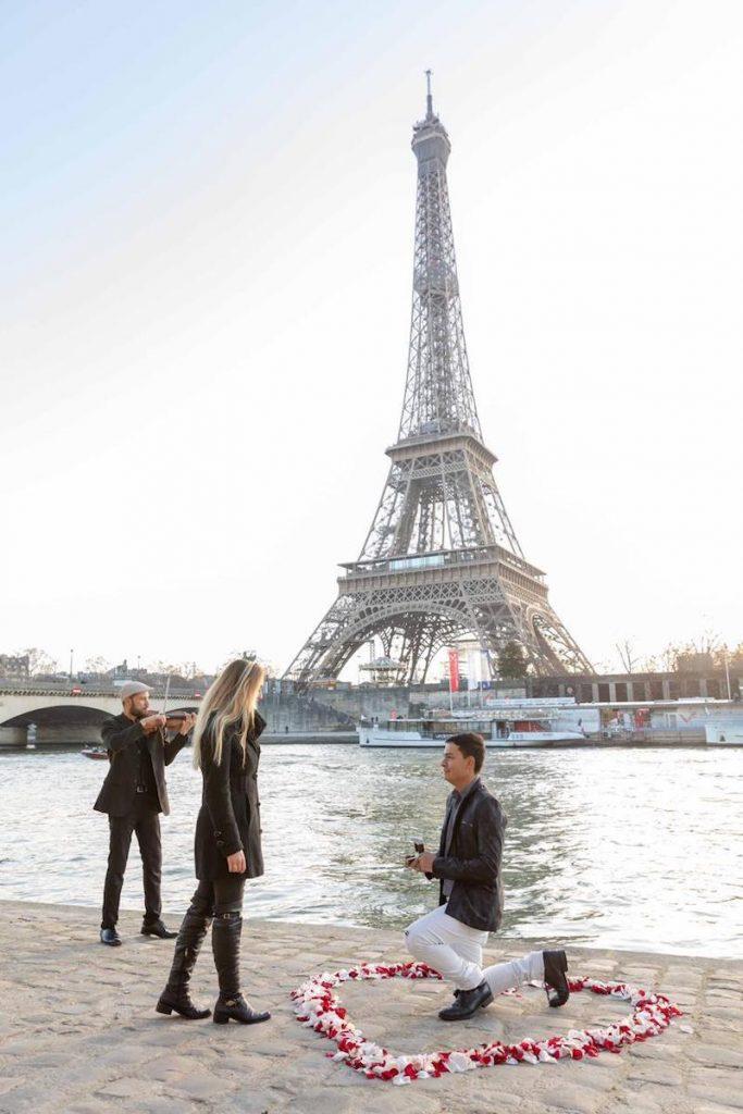 pedido de casamento ajoelhado em Paris
