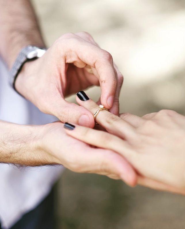 pedido de casamento com anel solitário