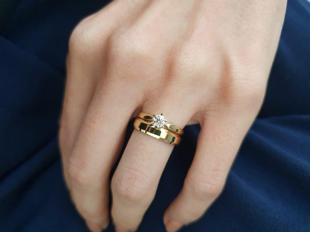 anel de noivado com aliança tradicional