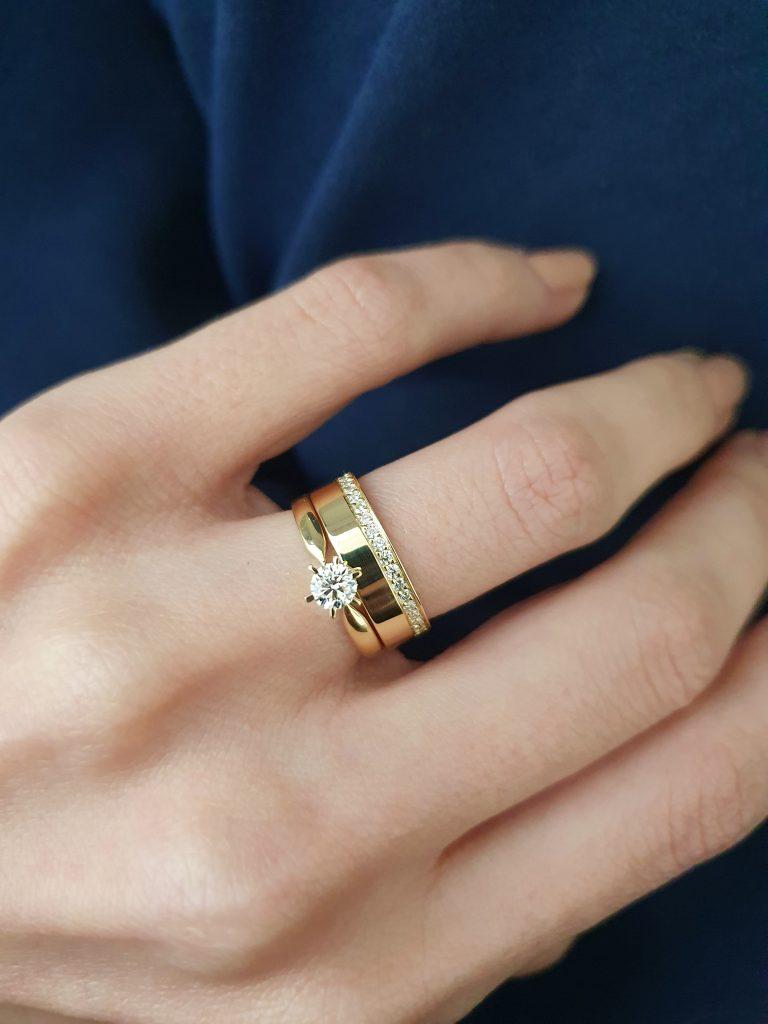 anel de noivado combinado com aliança de casamento