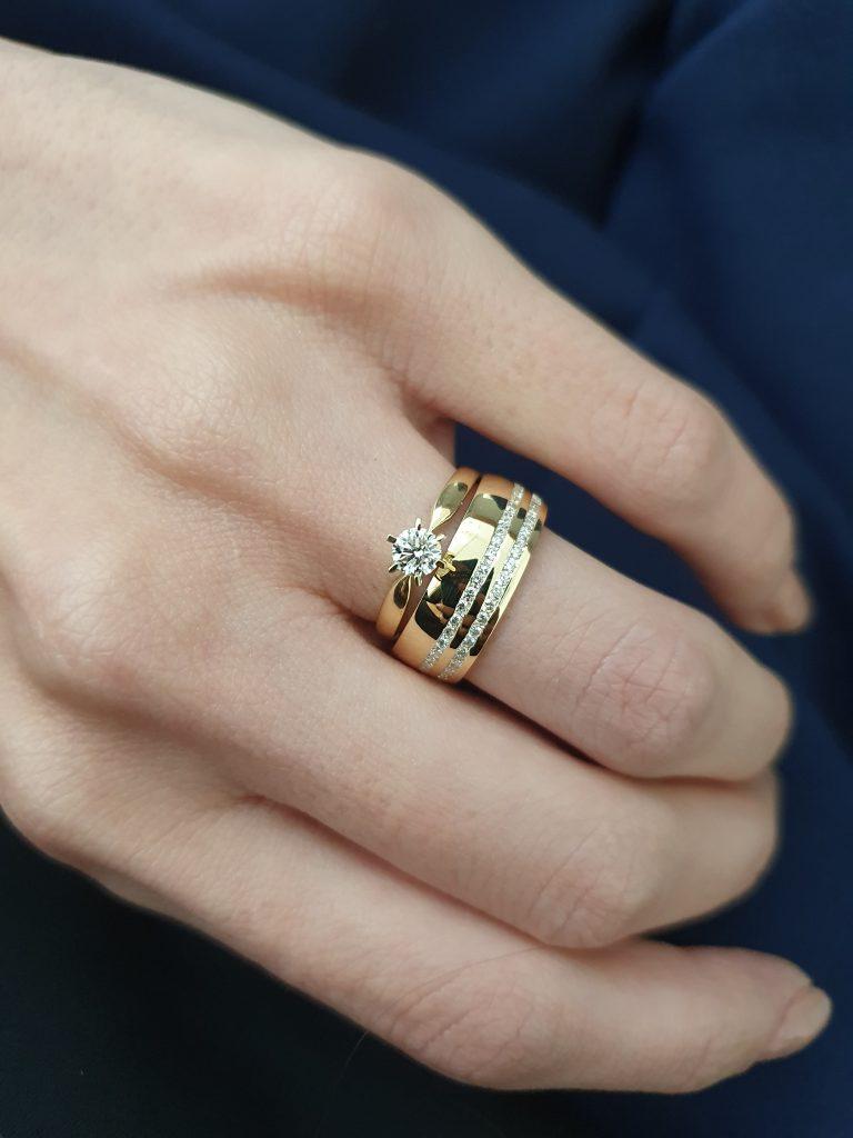 anel de noivado com aliança com diamantes
