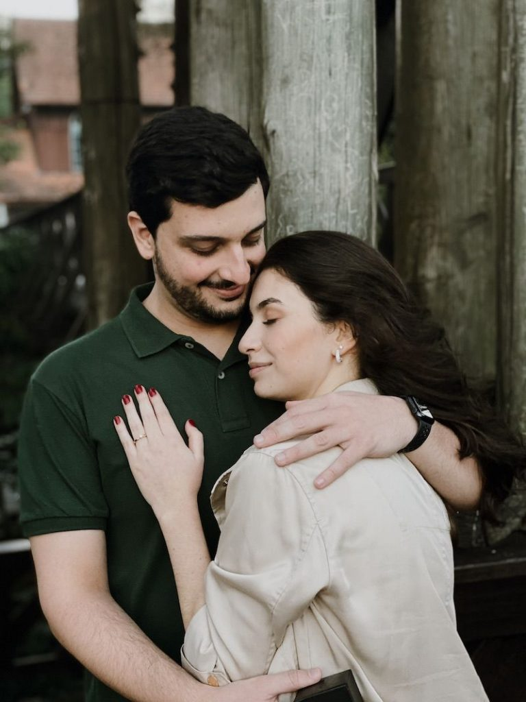 pedido de casamento surpresa com anel de diamante
