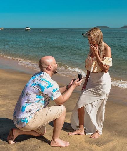 pedido de casamento na praia com anel solitário