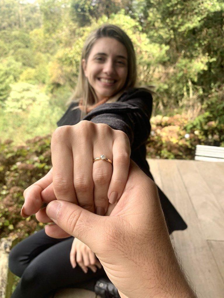 pedido de casamento com anel solitário de diamante